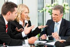 Zaken - teamvergadering in een bureau Stock Foto's