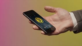 Zaken, technologie en cryptocurrencyconcept - sluit omhoog van mannelijke smartphone van de handholding en het dragen van slim ho royalty-vrije stock fotografie