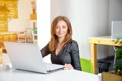 Zaken, technologie en groen bureauconcept - jonge succesvolle onderneemster met laptop computer op kantoor Vrouw die tablet gebru Stock Fotografie