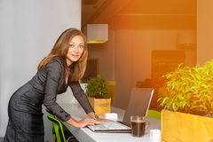 Zaken, technologie en groen bureauconcept - jonge succesvolle onderneemster met laptop computer op kantoor Vrouw die tablet gebru Royalty-vrije Stock Afbeeldingen