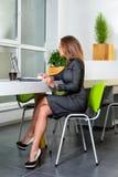 Zaken, technologie en groen bureauconcept - jonge succesvolle onderneemster met laptop computer op kantoor Vrouw die tablet gebru Stock Foto