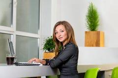 Zaken, technologie en groen bureauconcept - jonge succesvolle onderneemster met laptop computer op kantoor Vrouw die tablet gebru Royalty-vrije Stock Foto's