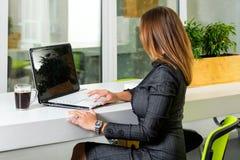 Zaken, technologie en groen bureauconcept - jonge succesvolle onderneemster met laptop computer op kantoor Vrouw die tablet gebru Royalty-vrije Stock Afbeelding