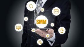 Zaken, technologie, Internet en voorzien van een netwerkconcept SMM - Sociale Media die op de virtuele vertoning op de markt bren stock fotografie