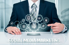 Zaken, technologie, Internet en voorzien van een netwerkconcept SMM - Sociale Media die op de virtuele vertoning op de markt bren Stock Foto's