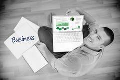 Zaken tegen jonge creatieve zakenman die aan laptop werken Stock Foto