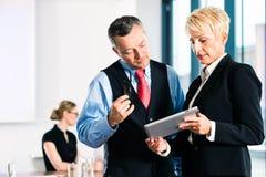 Zaken - vergadering in bureau, hogere managers stock afbeelding