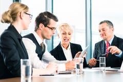 Zaken - vergadering in bureau, mensen die met document werken Stock Afbeelding