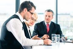 Zaken - vergadering in bureau, mensen die met document werken Royalty-vrije Stock Foto
