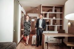 Zakenlieden die aan aardige hotelruimte komen die vakantie hebben royalty-vrije stock foto