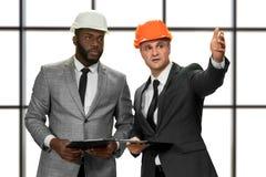 Zakenlieden die bouwhoeden dragen royalty-vrije stock foto's