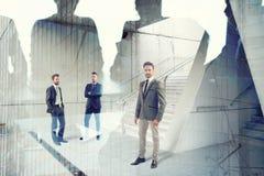 Zakenlieden die in bureau samenwerken Concept groepswerk en vennootschap royalty-vrije stock afbeelding