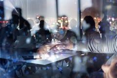 Zakenlieden die in bureau samenwerken Concept groepswerk en vennootschap Dubbele blootstelling royalty-vrije stock afbeelding