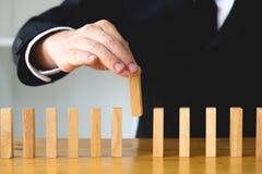 Zakenlieden die domino's plukken om de ontbrekende domino's te vullen growi royalty-vrije stock afbeelding