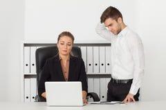 Zakenlieden die in een bureau werken Royalty-vrije Stock Afbeelding