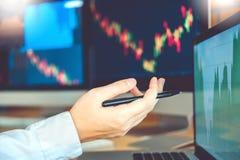 Zakenlieden die en anale voorraden online Investering uitwisselen die bespreken stock afbeeldingen