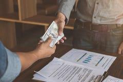 Zakenlieden die handdruk met geld in handen maken, Corruptie en stock foto's