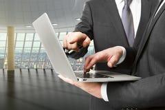 Zakenlieden die laptop in lege zaal van commercieel centrum met behulp van Royalty-vrije Stock Foto