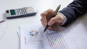 Zakenlieden die met grafiekgegevens op kantoor, de taak van Financiënmanagers, Conceptenzaken en investering werken Royalty-vrije Stock Afbeeldingen