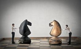 Zakenlieden die schaak spelen Royalty-vrije Stock Foto