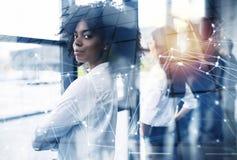 Zakenlieden die ver voor de toekomst kijken Concept groepswerk, vennootschap en opstarten Dubbele blootstelling stock foto