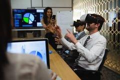 Zakenlieden die virtuele werkelijkheidshoofdtelefoon in conferentieruimte met behulp van royalty-vrije stock afbeelding