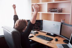 Zakenlieden die voorraden online uitwisselen Voorraadmakelaar die grafieken, indexen en aantallen op de veelvoudige computerscher stock foto's