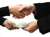 Zakenlieden en onderneemsterhanddruk met het betalen van geld stock foto