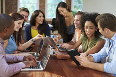 Zakenlieden en Onderneemstersvergadering om Ideeën te bespreken stock afbeeldingen