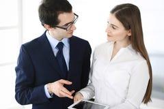 Zakenlieden en vrouw die tabletcomputer in modern bureau met behulp van Collega's of bedrijfmanagers op het werk partners stock foto's