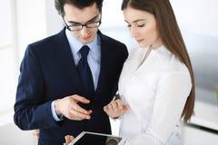 Zakenlieden en vrouw die tabletcomputer in modern bureau met behulp van Collega's of bedrijfmanagers op het werk partners royalty-vrije stock foto