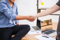 Zakenlieden het schudden overhandigt lijsthoogtepunt met moderne laptop computerapparaten in de vergadering met exemplaarruimte m royalty-vrije stock afbeelding