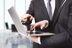 Zakenlieden met laptop in bureau Stock Afbeeldingen