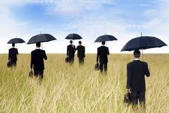 Zakenlieden met paraplu openlucht Royalty-vrije Stock Foto