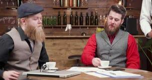 Zakenlieden na een vergadering in een restaurant die voor koffie betalen stock video