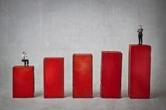 Zakenlieden op een grafisch rood stock afbeeldingen