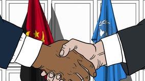 Zakenlieden of politicischokhanden tegen vlaggen van Angola en de Verenigde Naties Offici?le vergadering of samenwerking stock illustratie