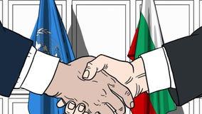 Zakenlieden of politicischokhanden tegen vlaggen van de Verenigde Naties en Bulgarije Offici?le vergadering of samenwerking royalty-vrije illustratie