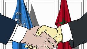 Zakenlieden of politicischokhanden tegen vlaggen van de Verenigde Naties en Marokko Officiële vergadering of samenwerking royalty-vrije illustratie