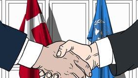 Zakenlieden of politicischokhanden tegen vlaggen van Denemarken en de Verenigde Naties Officiële vergadering of samenwerking stock illustratie