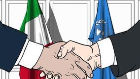 Zakenlieden of politicischokhanden tegen vlaggen van Italië en de Verenigde Naties Officiële vergadering of samenwerking royalty-vrije illustratie