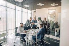 Zakenlieden in vergaderzaalweergeven door glas Zaken en Ondernemerschap stock afbeelding