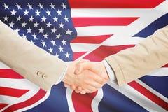 Zakenliedenhanddruk - Verenigde Staten en het Verenigd Koninkrijk royalty-vrije stock afbeeldingen