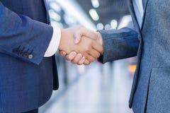 Zakenliedenhandenschudden na goede overeenkomst stock fotografie