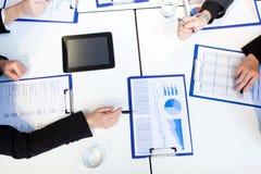 Zakenlui aan het werk tijdens een vergadering Royalty-vrije Stock Foto's
