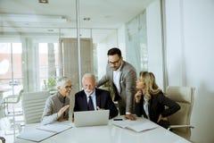 Zakenlui in conferentieruimte tijdens een vergadering in bureau royalty-vrije stock foto