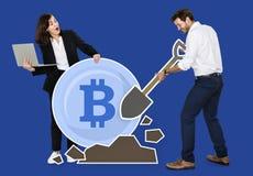 Zakenlui die bitcoin cryptocurrency elektronisch contant geld ontginnen stock afbeelding