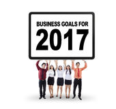 Zakenlui die doelstellingen voor 2017 opheffen Royalty-vrije Stock Afbeeldingen
