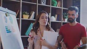 Zakenlui die marktgrafiek op witte raad bespreken Het bedrijfs mensen werken stock video