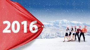 Zakenlui die nummer 2016 op een banner trekken Royalty-vrije Stock Foto's